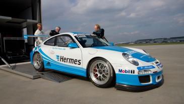 Die Porsche beim Entladen aus dem LKW