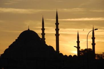 Blick auf die Istanbuler Moscheen bei Sonnenuntergang