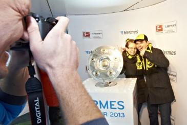 Hermes Fan Tour Berlin Foto mit Meisterschale