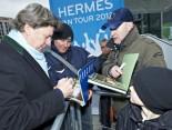 Hermes Fan Tour Berlin Toni Schumacher gibt Autogramme