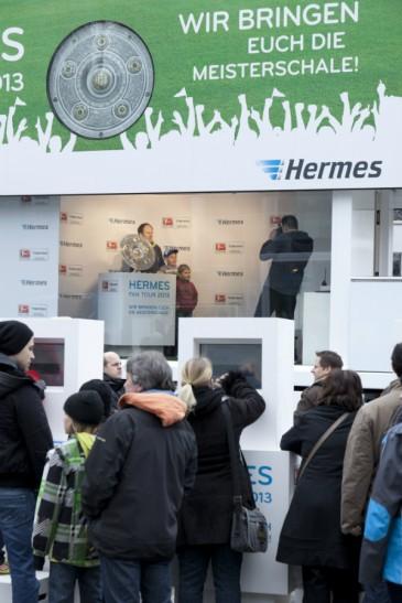 Hermes Fan Tour Köln Foto mit Meisterschale