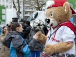 Hermes Fan Tour Köln Ballartist mit Maskottchen