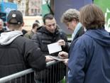 Hermes Fan Tour Köln Toni Schumacher gibt Autogramme