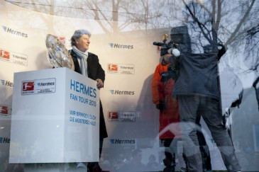 Hermes Fan Tour Köln Toni Schumacher mit Meisterschale