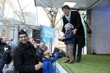 Hermes Fan Tour Köln Toni Schumacher mit Kind