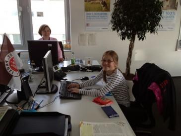 Jette im Büro bei Hermes in Hamburg