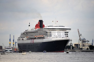 "Die Queen Mary 2 in Hamburg (Autor: ""DerHexer, Wikimedia Commons, CC-by-sa 3.0"")"