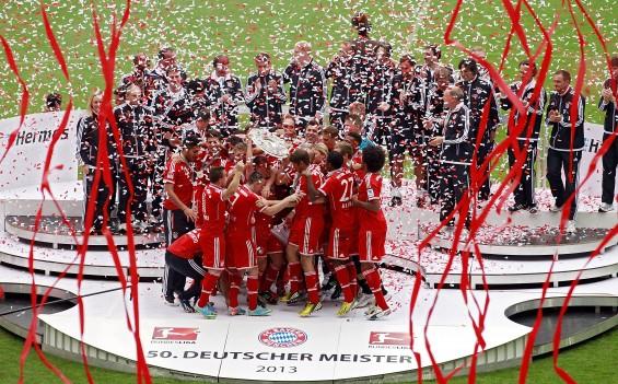 Der FC Bayern München feiert die Meisterschale 2013