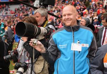 Hermes Super-Fan beim Spiel FC Bayern Muenchen vs FC Augsburg