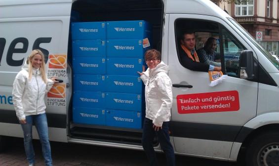 Hermes transportiert Pakete für die Bundesliga Stiftung