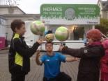 Ballartist Sinan bringt den jungen Kickern vom VFC Plauen Kunststücke bei