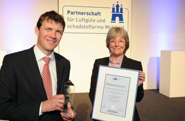 Dr. Philip Nölling (Kaufmännischer Geschäftsführer Hermes Logistik Gruppe Deutschland) und Jutta Blankau (Senatorin für Stadtentwicklung und Umwelt)