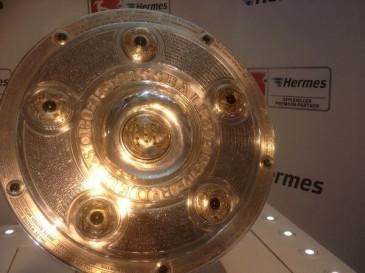 Die Meisterschale auf ihrer Stele bei der Hermes Fan Tour