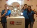 Das Hermes Fan Tour Team mit der Meisterschale
