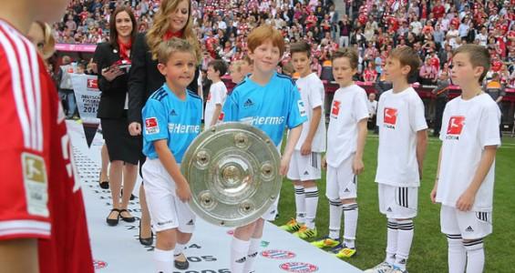 Hermes Bundesliga 2014 Übergabe der Meisterschale durch Meisterschalenkinder