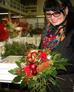 """Unser Bild zeigt Floristin Nina Barischnikova mit dem Strauß """"Christmas Wish"""""""