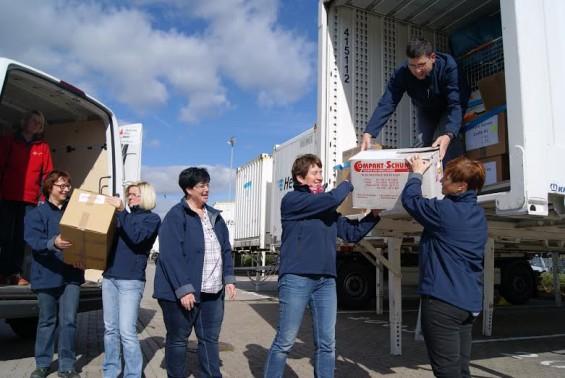 Mitarbeiter der Hermes Fulfilment GmbH übergeben Spenden an das DRK in Ohrdruf.