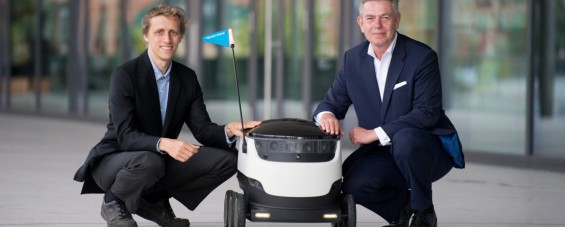 Ahti Heinla (CEO Starship Technologies) und Frank Rausch (CEO Hermes Germany) haben in Hamburg den Starship-Roboter der Öffentlichkeit vorgestellt. (Foto: Daniel Reinhardt/Hermes)